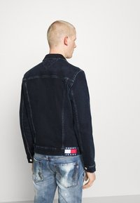 Tommy Jeans - REGULAR TRUCKER - Spijkerjas - oslo blue - 2