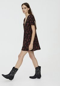 PULL&BEAR - MIT BLUMENPRINT - Day dress - black - 3