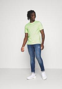 Nike Sportswear - CLUB TEE - T-shirt - bas - liquid lime/white - 1