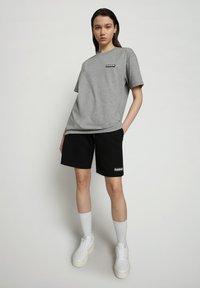 Napapijri - S-PATCH SS - T-shirt - bas - medium grey melange - 0