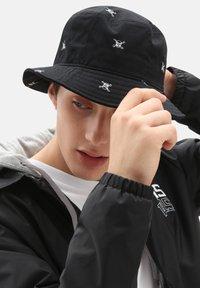 Vans - UA UNDERTONE II BUCKET - Hat - black new varsity - 0