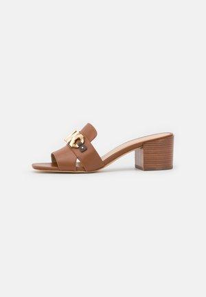 IZZY MULE - Pantofle na podpatku - cognac