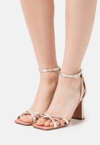 Oxitaly - ALYSSA - Korolliset sandaalit - sirio rosa/platino/rosa - 0