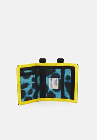 Lacoste - NAT GEO NECKLACE WALLET UNISEX - Portfel - frog - 2