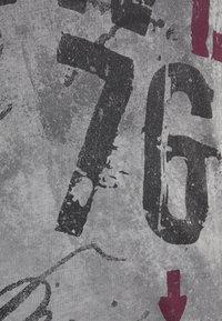 Key Largo - OUTCOME BUTTON - Print T-shirt - anthra - 4