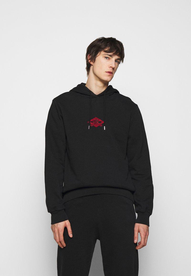 Han Kjøbenhavn - CASUAL HOODIE - Sweatshirt - faded black/red