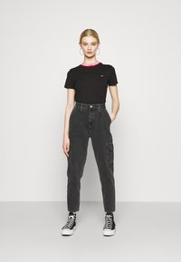 Tommy Jeans - BRANDED TEE - T-shirt con stampa - black - 1