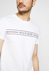 Tommy Hilfiger - CORP TEE - Printtipaita - white - 4