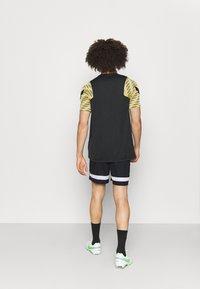 Nike Performance - SHORT - kurze Sporthose - black/white/saturn gold - 2