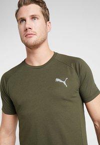Puma - EVOSTRIPE TEE - Basic T-shirt - forest night - 3