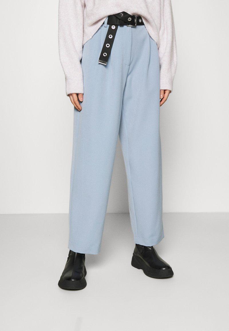 YAS - YASCORNFLOWER CROPPED PANT - Trousers - cornflower blue
