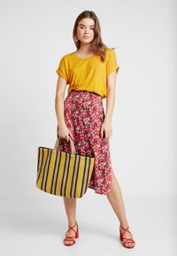 ONLY - Basic T-shirt - golden yellow - 1