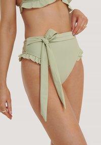 MIT HOHER TAILLE - Bikini bottoms - light khaki