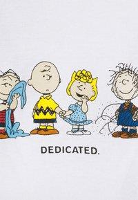 Dedicated - MYSEN PEANUTS CREW - Print T-shirt - white - 2