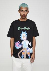 PULL&BEAR - RICK & MORTY - T-shirt con stampa - mottled dark grey - 0