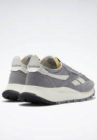 Reebok Classic - CLASSIC LEGACY UNISEX - Trainers - mgh solid grey/pure grey/chalk - 2