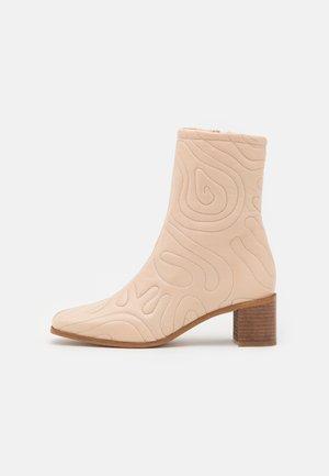 FLORA - Korte laarzen - nude