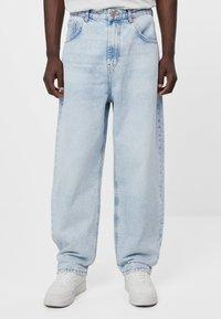 Bershka - MIT WEITEM BEIN IM  - Jeans a sigaretta - blue denim - 0