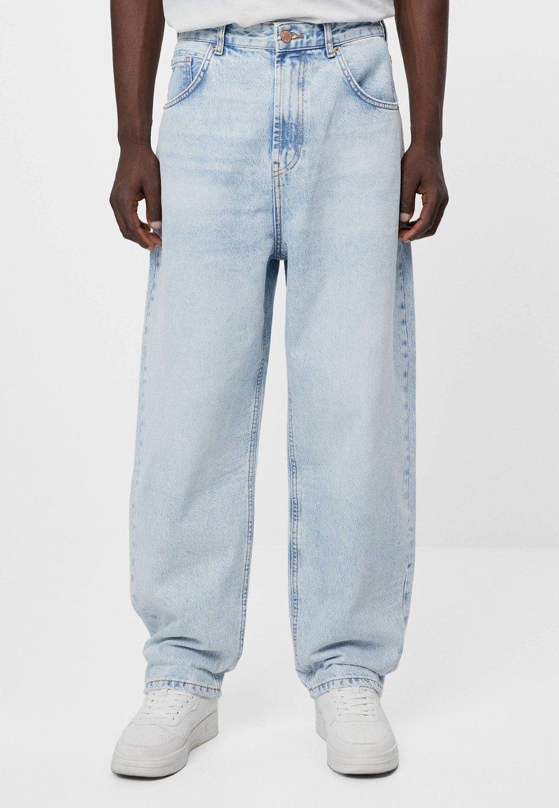 Bershka - MIT WEITEM BEIN IM  - Jeans a sigaretta - blue denim