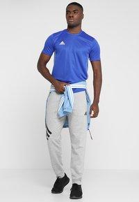 adidas Performance - AEROREADY PRIMEGREEN JERSEY SHORT SLEEVE - T-shirt z nadrukiem - blue/white - 1