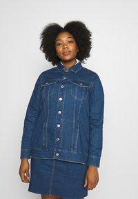 Vero Moda Curve - VMEBBE LONG JACKET - Giacca di jeans - medium blue denim - 0