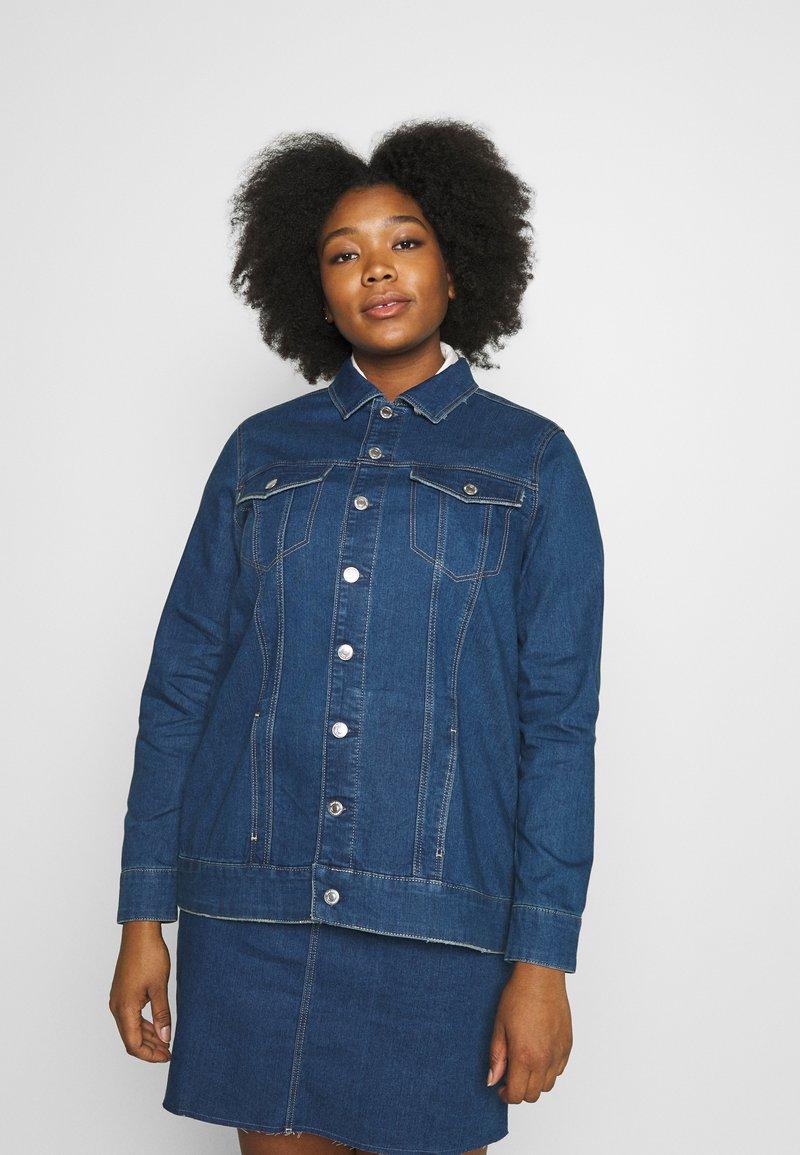 Vero Moda Curve - VMEBBE LONG JACKET - Giacca di jeans - medium blue denim