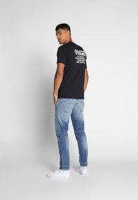 Vans - DISTORTION TYPE - T-shirt con stampa - black - 2