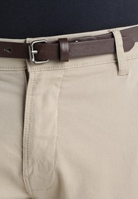 Lindbergh - CLASSIC WITH BELT - Chino - sand - 3