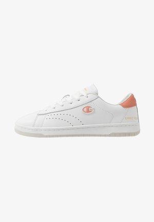 LOW CUT SHOE COURT CLUB PATCH - Sports shoes - white