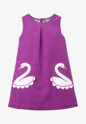 CORD-SCHÜRZENKLEID MIT TASCHEN-APPLIKATION - Day dress - violett, schwan