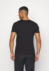 Alpha Industries - T-shirt med print - black/copper - 2