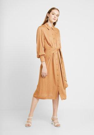 MANA DRESS - Košilové šaty - camel