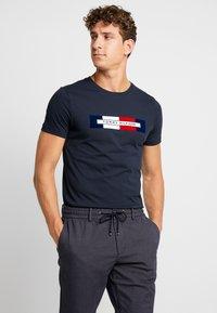 Tommy Hilfiger - BOX LOGO TEE - Camiseta estampada - blue - 0