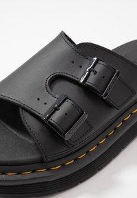 Dr. Martens - DAX SLIDER - Pantofle - black hydro - 5