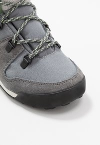 adidas Performance - SNOWPITCH COLD.RDY TRAXION HIKING SHOES MID - Hikingschuh - grey three/grey four/glow green - 2