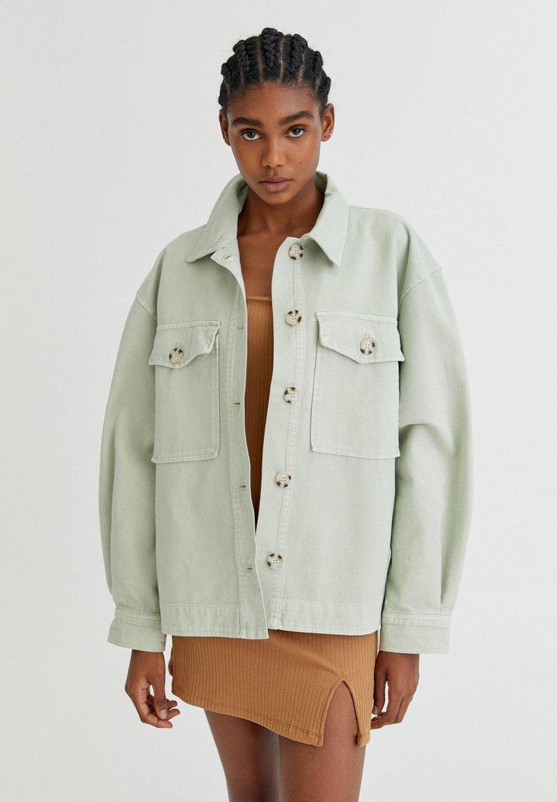 PULL&BEAR - Lehká bunda - light green