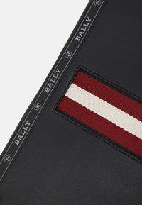 Bally - HARTLAND - Borsa porta PC - black/bone/red - 5
