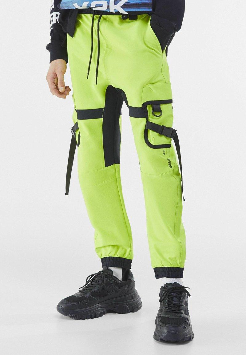 Bershka - Pantalon cargo - green