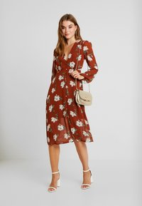 Missguided - FLORAL BUTTON DOWN MIDI DRESS - Shirt dress - brown - 2