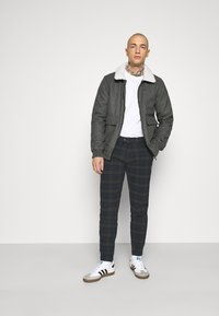 Redefined Rebel - ERCAN CROPPED PANTS - Chino - dark olive - 1