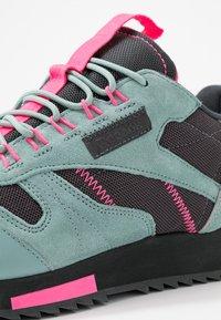 Reebok Classic - RIPPLE TRAIL - Sneakersy niskie - green slash/triple grey/solar pink - 2