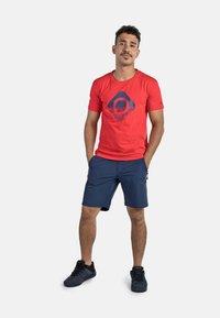 IZAS - GRANBY - T-shirt imprimé - red/bluemoon - 3