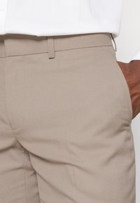 Isaac Dewhirst - THE FASHION SUIT SET - Completo - beige - 8