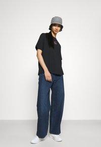 Nike Sportswear - Print T-shirt - black/hyper pink - 3