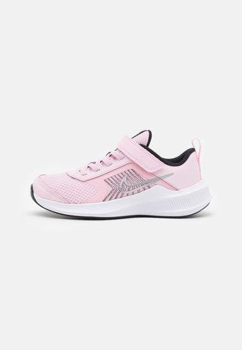 DOWNSHIFTER 11 UNISEX - Hardloopschoenen neutraal - pink foam/metallic silver/black/white