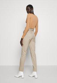 Vero Moda Tall - VMEVA LOOSE PAPERBAG PANT - Trousers - silver mink - 2
