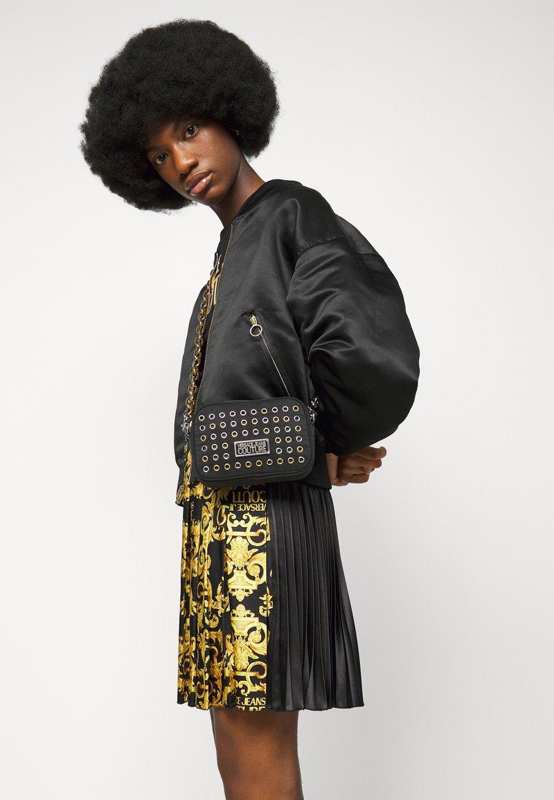 Versace Jeans Couture - EYELETS EXTREME MINI CAMERA BAG - Schoudertas - nero