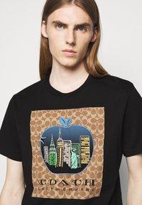 Coach - APPLE SIGNATURE  - Print T-shirt - black - 3
