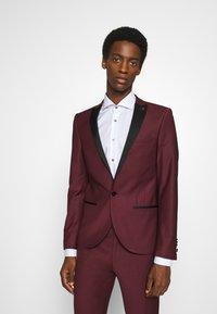 Twisted Tailor - KINGDON SUIT - Kostym - bordeaux - 2
