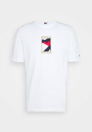 ICON FLAG TEE - T-shirt con stampa - white